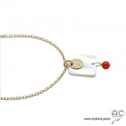 Collier, pendentif en nacre avec médaille martelé en plaqué or et pampille en racine de corail, création by Alicia