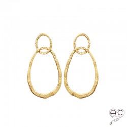 Boucles d'oreilles avec deux anneaux entrelacé en plaqué or martelé, pendantes, femme