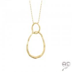Collier avec deux anneaux entrelacé en plaqué or martelé, ras de cou, femme