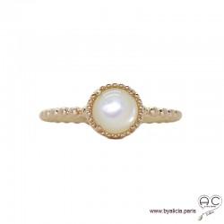 Bague avec nacre blanche en cabochon, sertie sur un anneau fin demi-boules en plaqué or satiné, empilable, pierre fine, femme