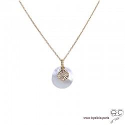 Collier, pendentif en nacre ronde avec médaille soleil en plaqué or, création by Alicia