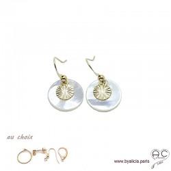 Boucles d'oreilles en nacre ronde avec médaille soleil en plaqué or, création by Alicia