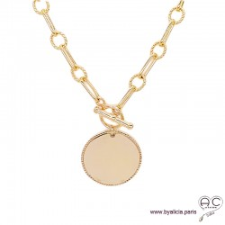 Collier, sautoir ALAE-T avec grande médaille sur une chaîne gros maillons et fermoir toggle en plaqué or, création by Alicia