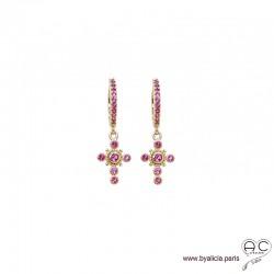 Petites créoles avec croix serti de zirconium rouge rubis, boucles d'oreilles en plaqué or, tendance