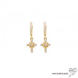 Petites créoles avec croix serties de zirconium brillant, boucles d'oreilles en plaqué or, tendance