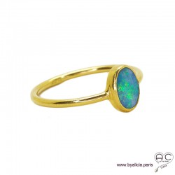 Bague, opale bleue sur l'anneau en argent doré à l'or fin , pierre semi-précieuse, femme
