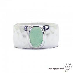 Bague avec aventurine en cabochon sertie sur un anneau large en argent massif rhodié, martelé, pierre naturelle verte