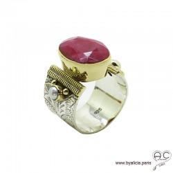 Bague avec indien rubis et perles, anneau large en argent massif rhodié, ciselé, sertissage en laiton doré, ethnique