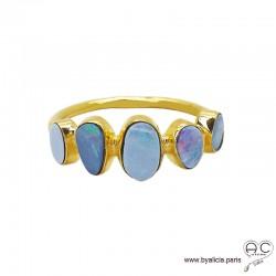 Bague, opales bleues sur l'anneau en argent doré à l'or fin , pierre semi-précieuse, femme
