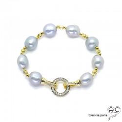 Bracelet en perles naturelles grises avec un fermoir rond en plaqué or sertie de zirconium, fait main