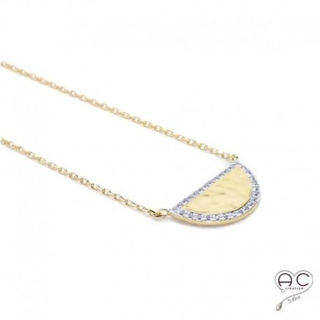 Collier demi-lune ras du cou, plaqué or martelé, contour serti de zirconium blanc